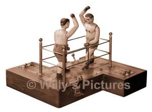Zwei Boxer im Boxring, mechanisches Spielzeug, ca. 1900-1920. Figuren aus Metallguss, bemalt. Zwei Spieler bedienen die auf beweglichen Messingplatten montierten Boxer durch hin und her bewegen der Hebel, sowie auf und ab bewegen der kleinen Hebel zum Schlagen mit den Armen und den Faeusten. Die Figuren bewegen sich vor und zurueck. Auch beugen des Oberkoerpers ist moeglich. Ein Treffer auf die Knoepfe an der Brust laesst den Kopf auf die Brust fallen. Aufwendige Mechanik mit Gestaenge und Drahtzuegen im Innern des Gehaeuses aus Holz verspricht einen spannenden Boxkampf.